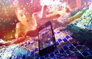 Ce trebuie facut daca scapi telefonul in apa?